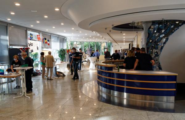 Foyer mit Festivalbar und Informationsständen der Sponsoren und des Vereins
